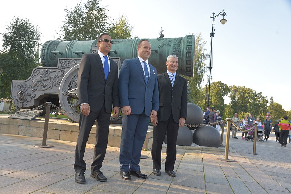 Expedition 53 Red Square Visit - Tsar Cannon (JSC2017-E-114486).jpg