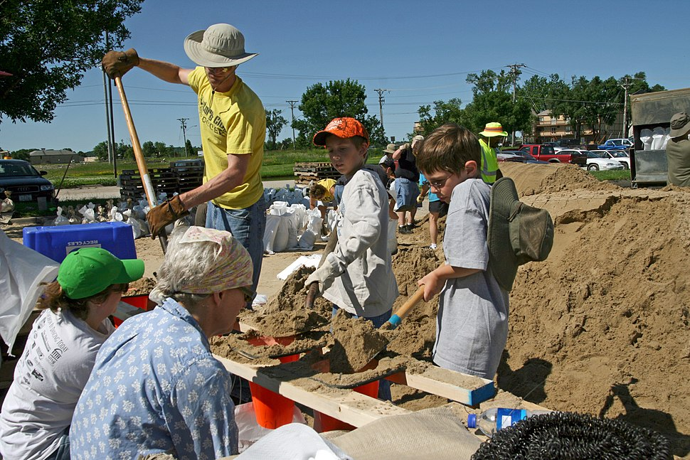 FEMA - 35673 - Residents work to fill sand bags in Iowa