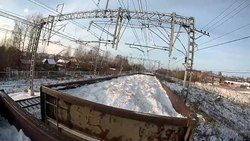Файл:Freight train hopping on gondola car and forest car in Saint Petersburg.webm