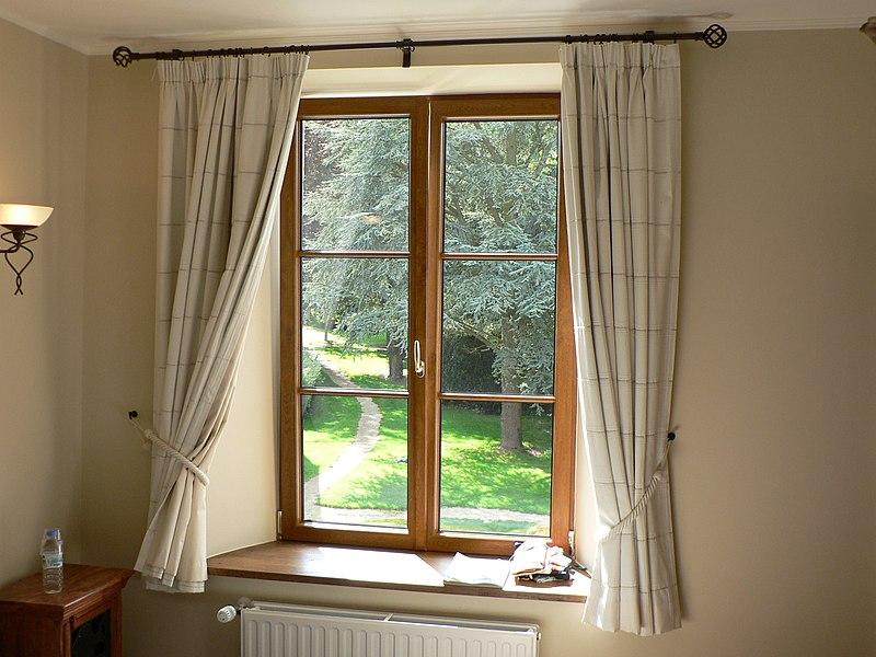 File:Gordijnen aan venster.JPG