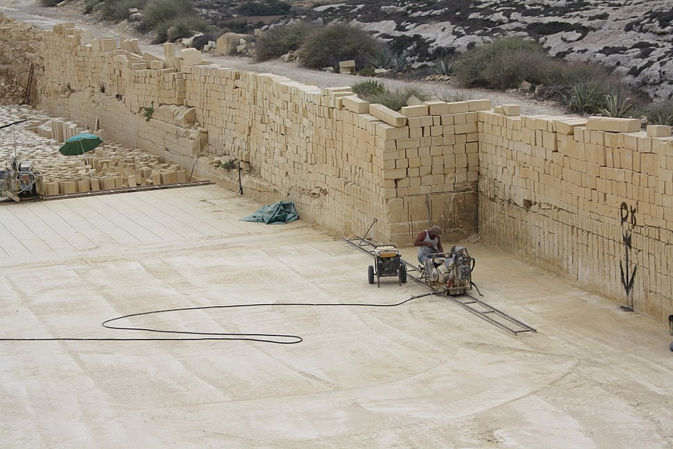 Gozo, limestone quarry - cutting the stone