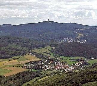 Großer Feldberg von Norden (Hintertaunus) betrachtet, links im Hintergrund: der Berg Altkönig (798 m)