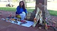 Mujer Guaraní vendiendo sus artesanías.