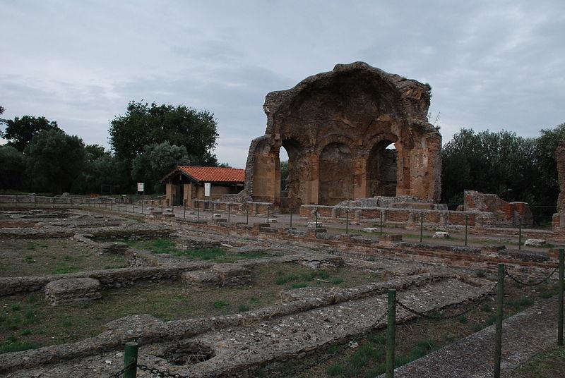 File:Hadrian's villa near Tivoli 351.JPG