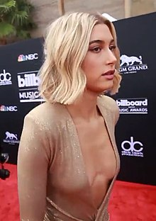 Hailey Baldwin Backstage Billboard Music Awards 2018.jpg