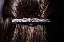 Broche para el cabello en la parte posterior de la cabeza de una mujer. ebc795fdff91