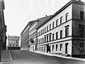 Hallituskatu 3 ja 5 Taustalla Suurkirkon kulmarakennus - N3841 (hkm.HKMS000005-km0031oh).jpg