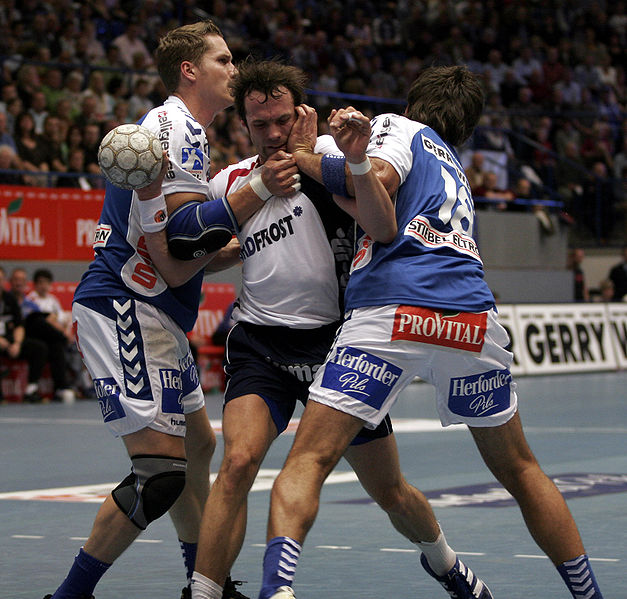 http://upload.wikimedia.org/wikipedia/commons/thumb/6/6a/Handball_02.jpg/627px-Handball_02.jpg