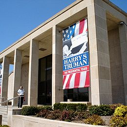 Harry S. Truman Präsidentenbibliothek und Museum.jpg