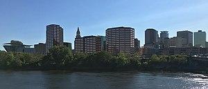 Skyline de Hartford depuis Great River Park (recadrée) .jpg