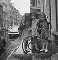 Hier en daar een buitje, kinderen schuilen voor de regen onder een tafelkleed, Bestanddeelnr 915-2309.jpg