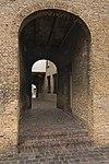 In de poort, die tot de eigenlijke Hof toegang geeft, een Bentheimerstenen, gebosseerd poortje