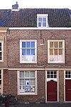 foto van Lijstgevel voor huis met hoog, monumentaal zadeldak