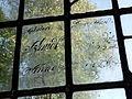 Holdhus kirke, inskripsjon på vindusglass.jpg
