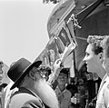 Joodse jongemannen en een oudere man staan voor een kiosk en voeren een gesprek , Bestanddeelnr 255-1847.jpg