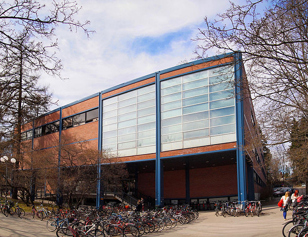 https://upload.wikimedia.org/wikipedia/commons/thumb/6/6a/Jyv%C3%A4skyl%C3%A4_University_Library.jpg/624px-Jyv%C3%A4skyl%C3%A4_University_Library.jpg