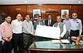 K.D. Diwan presenting a dividend cheque for the year 2013-14 to the Union Minister for Mines, Steel and Labour & Employment, Shri Narendra Singh Tomar, in New Delhi on October 16, 2014.jpg