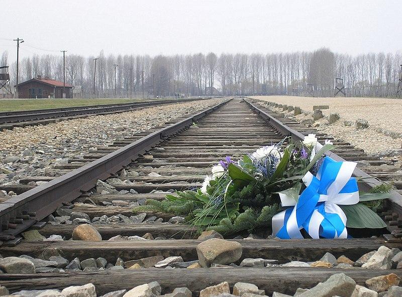 Datei:KZ Auschwitz-Birkenau, Bahngleise der Entladerampe, Blumen zum Gedenken.jpg