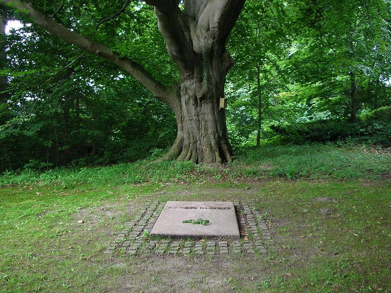 File:Karen Blixen's grave.jpg