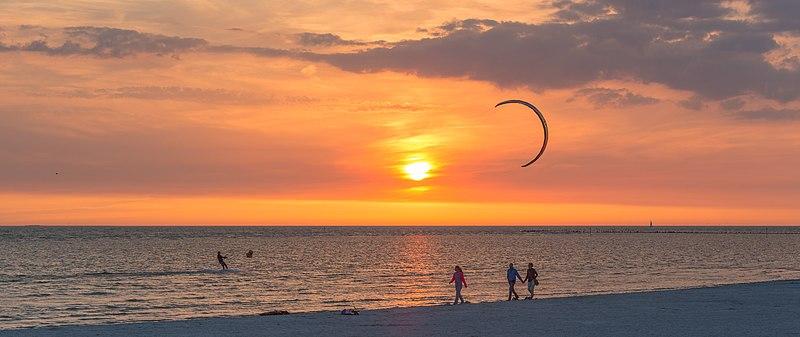 Ficheiro:Kitesurfer at sunset, Workum, may 2017.jpg