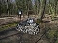 Klánovický les, kříž v hromadě kamení (01).jpg