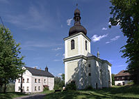 Kostel sv. Linharta, Hlavice. vlevo škola, fara za kostelem.jpg