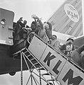 Laatste vlucht naar Biak, het vliegtuig Sir Frank Whittle , Papoea's bij hun v, Bestanddeelnr 915-0948.jpg
