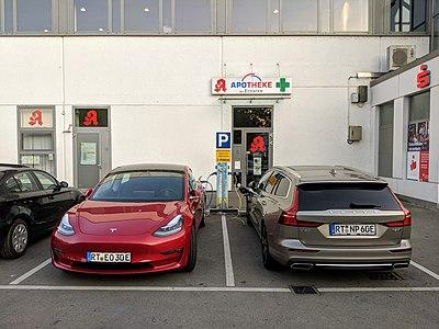 Ladesäule am E-Center in Tübingen mit zwei Elektrofahrzeugen während des Ladevorgangs.jpg
