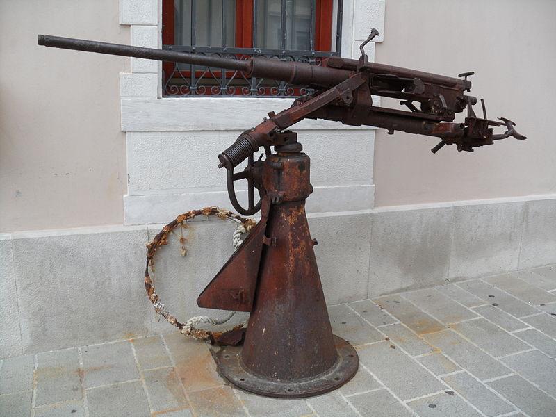 File:Ladijska artilerija pred piranskim akvariumom.JPG