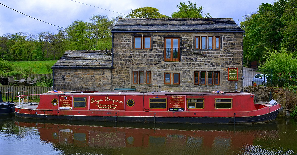Leeds and Liverpool Canal (33723167113).jpg
