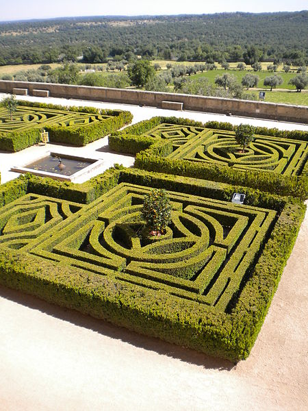 Ficheiro:Monastery El Escorial Spain Gardens Old Style Cut Into A Maze Pattern for Walking.jpg