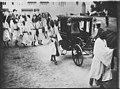 Moulay Youssef, sultan du Maroc, quitte le palais en voiture pour se rendre à la mosquée - Rabat - Médiathèque de l'architecture et du patrimoine - AP62T169893.jpg
