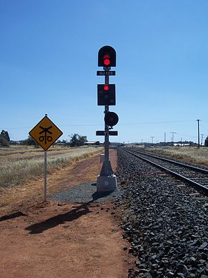 Australian railway signalling - NSW single light signal with band of lights and shunt aspects