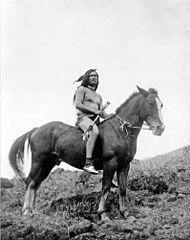 EDWARD SHERIFF CURTIS LE PHOTOGRAPHE DES AMÉRINDIENS 190px-Nez_Perce_warrior_on_horse