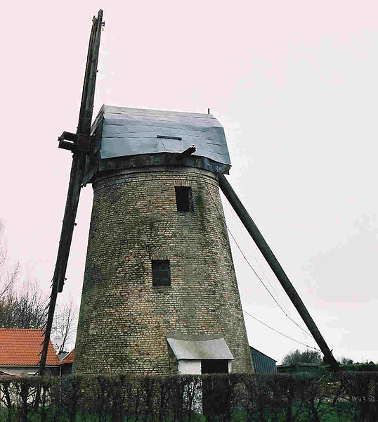 Offekerque windmill left profile with only 2 parts of wings, its coarse plates roof, a little shelter and its queue