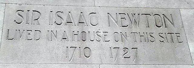 Памятная табличка в Лондоне на Orange Street, где жил Ньютон с 1710 по 1727 год
