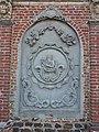 Oxelaëre (Nord, Fr) église, extérieur, relief Roi David.JPG