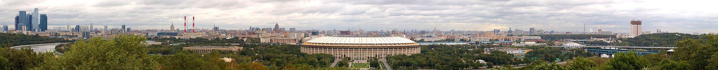 Panorama de Moscou vista da Colina dos Pardais (Vorobyovy Gory): Centro Internacional de Negócios, rio Moscou, Estádio Lujniki, Estação Vorobiovy Gory e a sede da Academia de Ciências da Rússia.