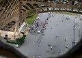 Paris, Eiffelturm, erste Etage, Blick nach unten 2008-06.jpg