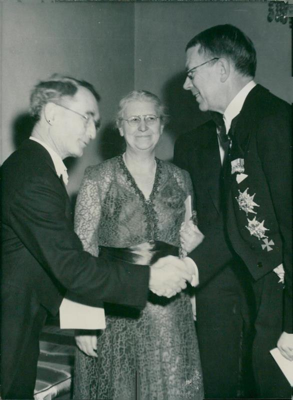 Percy Bridgman with wife and Gustaf VI Adolf of Sweden 1946