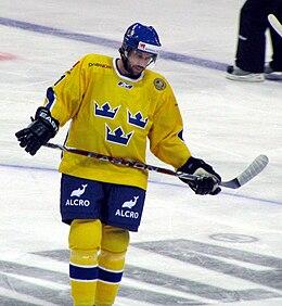 Photo de Forsberg dans le maillot jaune à couronnes bleues de l'équipe de Suède.