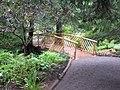 Petit pont de bois, au dessus du ruisseau, dans les Jardins de Métis - panoramio.jpg