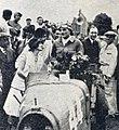 Philippe Étancelin félicité par son épouse à l'arrivée du Grand Prix de l'ACF 1930.jpg