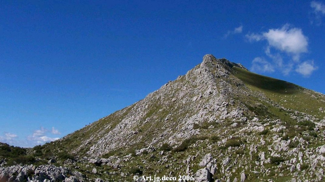 Pic de Behorleguy depuis le col d'aphanize (pays basque France)