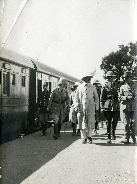 הרברט סמואל בתחנת הרכבת בלוד