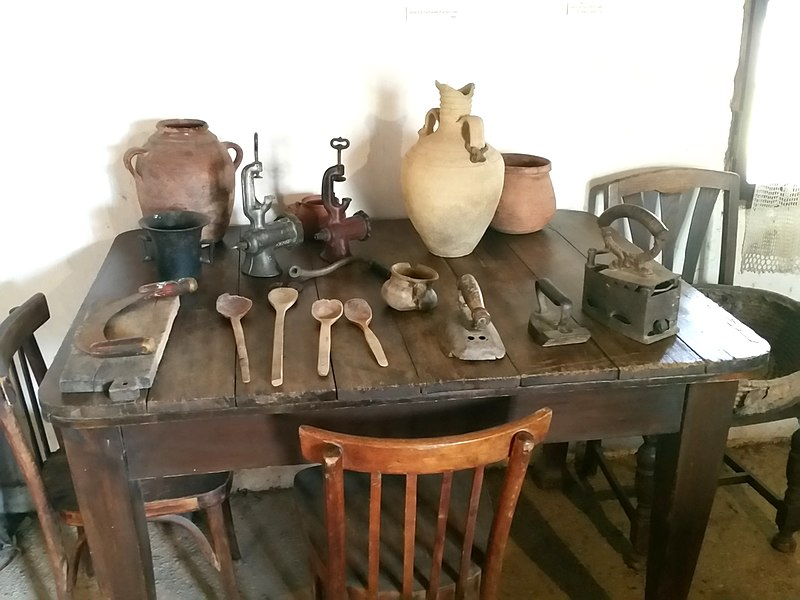 רהיטים עתיקים וכלי בית שונים