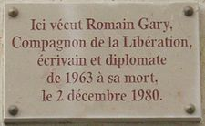 Plaque Romain Gary, 108 rue du Bac, Paris 7.jpg
