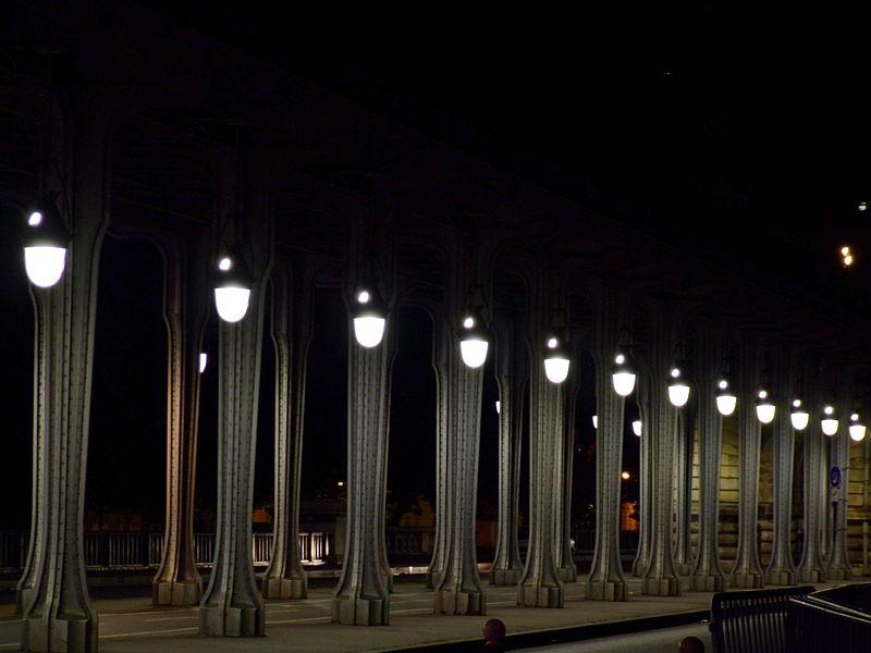 File:Pont Bir Hakeim by night.JPG