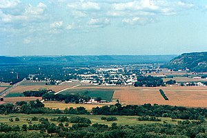 Prairie du Chien from Wyalusing State Park (telephoto).jpg