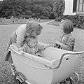 Prinses Beatrix en prinses Margriet bij de kinderwagen met daarin prinses Christ, Bestanddeelnr 255-7532.jpg